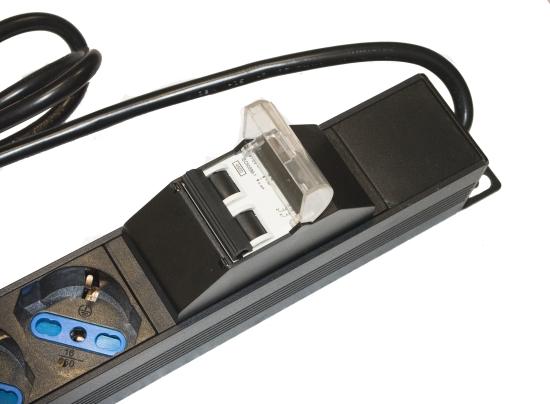 Multipresa verticale a 12 porte per armadi rack con interruttore magnetotermico