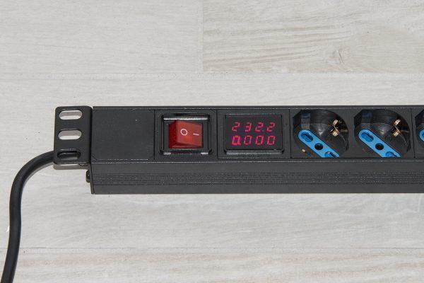 Multipresa 6 posizioni da rack 19″ con display per il carico dei dispositivi collegati