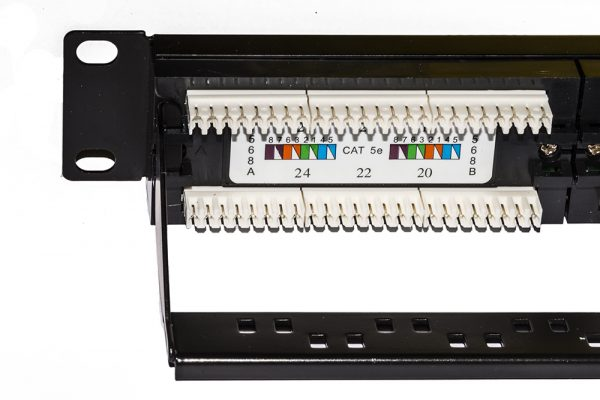 Pannello patch 19″ non schermato utp 24 porte 8 poli rj45 per reti categoria 5e nero