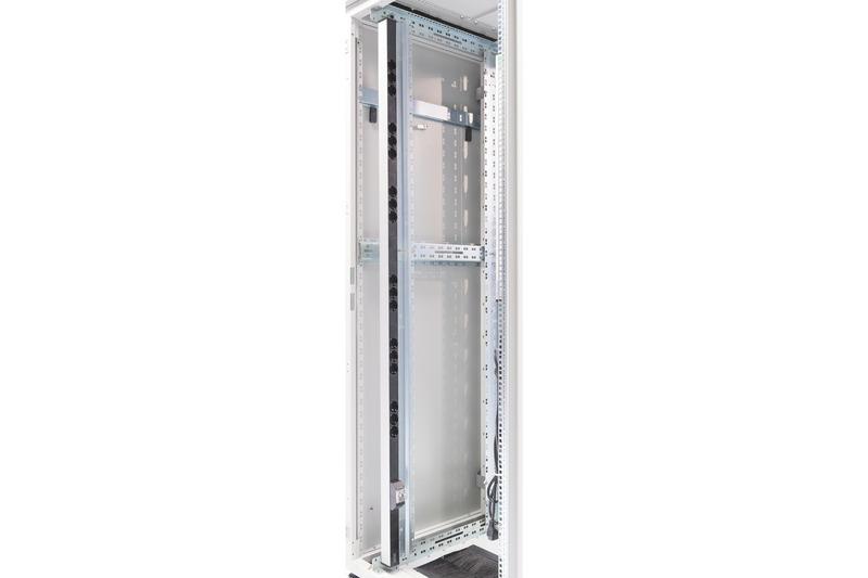 Multipresa in alluminio con circuito di protezione integrato con 18 porte schuko per armadi rack 19″.